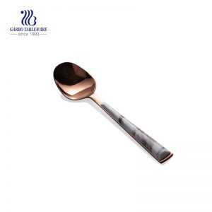 ملعقة عشاء من الفولاذ المقاوم للصدأ مطلية بالذهب مع مقبض بلاستيكي رخامي