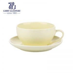Глазурованная чашка и блюдце в форме желтого цвета