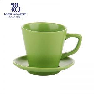 Глазурованная маленькая кофейная чашка и блюдце зеленого цвета