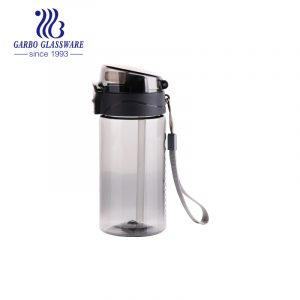 Дымчато-серая портативная пластиковая бутылка для воды объемом 430 мл, пригодная для пищевых продуктов, с силиконовой трубочкой