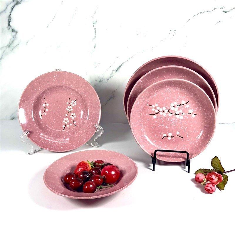 Comparação de artesanato em cerâmica pintada à mão e sob o vidrado