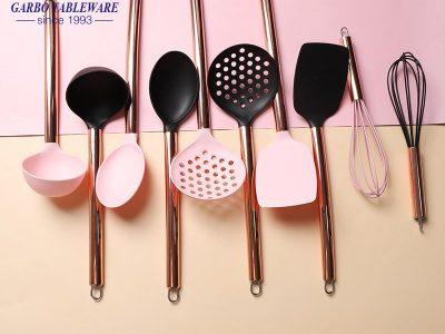 Qual é a diferença entre utensílios de cozinha e material de náilon e silicone?