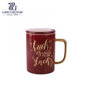 Caneca para água com impressão em porcelana dourada com esmalte vermelho e vidro de cerâmica com alça grande e tampa de cerâmica.
