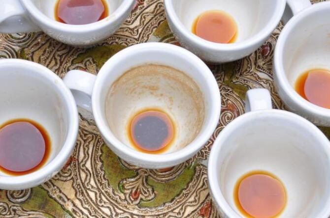 Vier Tipps zum Entfernen von Schmutz aus Keramik-Teetassen
